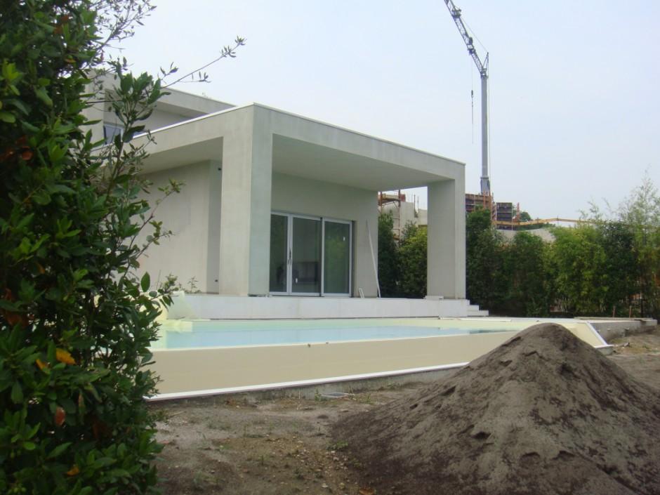 Casa con piscina lago di garda creaton italia for Piani casa moderna collina