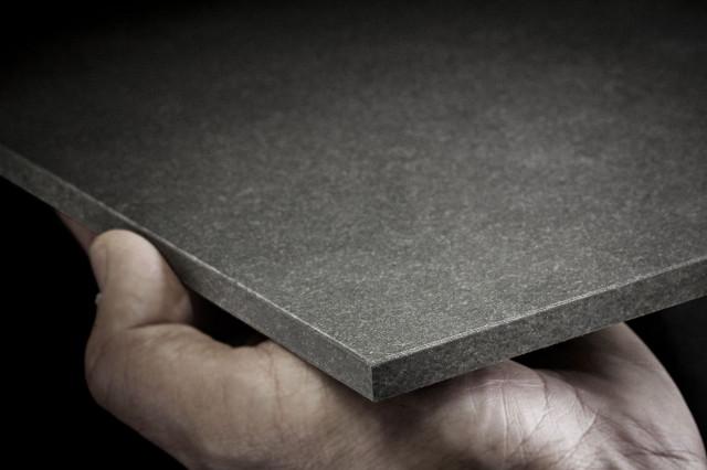 <p> <strong>EQUITONE [natura]</strong> &egrave; un pannello con una <strong>base colorata in massa</strong>, con una <strong>verniciatura colorata semi-trasparente</strong>. Questo <strong>aspetto naturale</strong> che lascia intravedere le fibre del cemento dona al materiale <strong>raffinatezza ed eleganza.</strong></p> <p> &nbsp;</p> <p> Il pannello finito &egrave; a prova di umidit&agrave; e <strong>stabile ai raggi UV.</strong>&nbsp;La parte posteriore riceve una verniciatura protettiva trasparente. Esiste la <strong>versione [pro],</strong> utilizzabile non solo in facciata ma anche <strong>in copertura </strong>grazie ad uno speciale trattamento in produzione.</p>