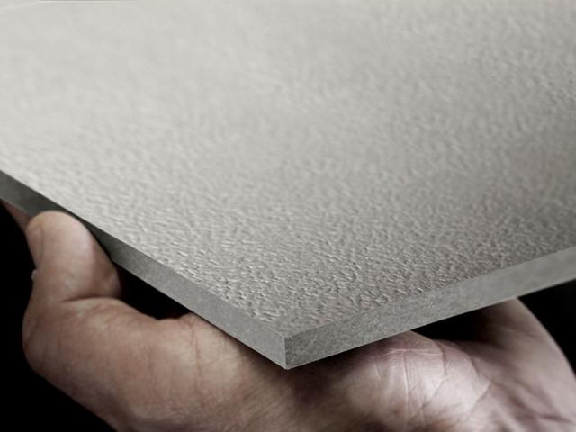 <p> <strong>EQUITONE [textura]</strong> è un <strong>pannello </strong>con <strong>doppio strato di vernice acrilica,</strong> un riempimento con fillite e la stesura finale di uno <strong>strato di verniciatura a caldo con effetto top-coat </strong>(lato anteriore) per produrre una <strong>finitura resistente alla polvere.</strong> La parte posteriore riceve una verniciatura protettiva trasparente.</p> <p> </p> <p> Questo processo produttivo donna alla superficie della lastra una <strong>finitura a buccia d'arancia leggermente lucida. </strong>Il trattamento agli UV e antigraffiti rendono la lastra ideale per l'utlizzo come <strong>rivestimento per edifici di grandi dimensioni,</strong> oltre che consentirne l'<strong>impiego anche in copertura.</strong></p>